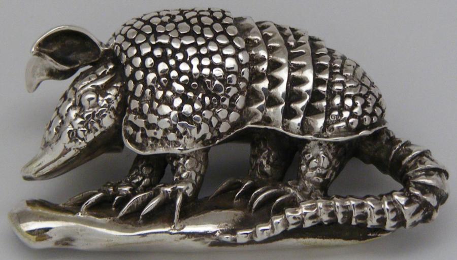 Broche artesanal en plata de un armadillo